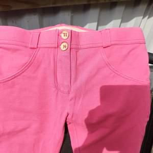 Ett par fina Freddy byxor..färg rosa.. storlek S..tog kort ute tänkte att färgen syndens bättre då lite svårt med färger på kort.... låg midja o smala..full längd på benen..