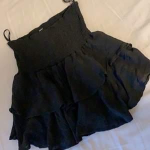 Säljer nu denna superfina och trendiga volangkjolen. Den är endast tvättad och testad💕 bud vid stort intresse!