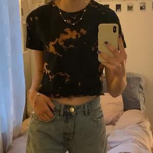 Svart croppad t-shirt jag själv blekt till tie dye mönstret! Ficka fram på bröstet💞✨☺️
