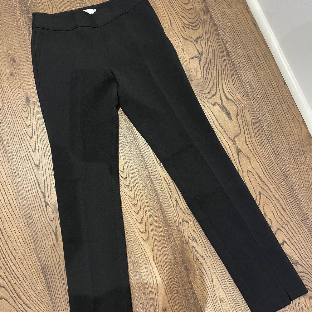 Kostymbyxa från Stylein, storlek S. Slits fram på byxan. Helt oanvända och hur fina som helst men måste sälja eftersom de är för små för mig... . Jeans & Byxor.