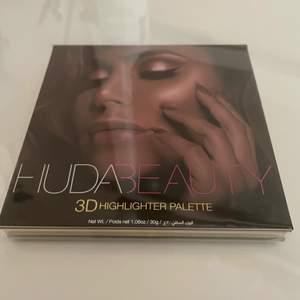 Säljer denna helt oanvända palett från HUDA BEAUTY - 3D Highlighter i Gold Sand edition. Köpt för 509kr på Sephora. Startbud: 200kr.