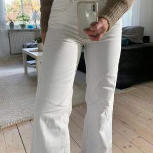 Säljer mina fina vita jeans från zara pga att de tyvärr är för små för mig:(( 🤍 Skriv för fler bilder/frågor🥰 (OBS lånade bilder)