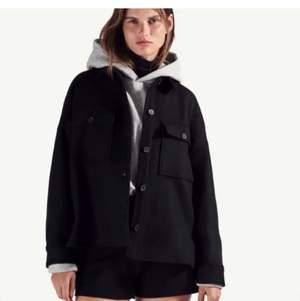 Hej! Säljer denna fina jacka ifrån zara💕Den är i ull och polyester💕 perfekt till kallare sommarnätter och till hösten💕💕 Nypris var 850 kr och denna är använd 2 gånger så nyskick💕💕Köparen står för frakt(72 kr) men jag kan också mötas på Östermalm❤️❤️