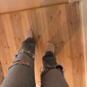 Säljer dessa slitna jeans från Gina, använda fåtal gånger✨