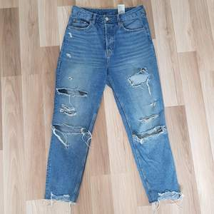 Ett par fina slitna jeans ifrån HM! Säljer dom då de blivit för små för mig! Är i strl 38 men jag skulle säga att dom är mer som 36! Byxorna är knappt använda och i ett fint skick💗 köparen står för frakten!