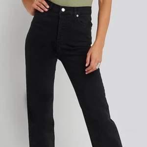 Jag säljer dessa skit snygga straight jeans från NAKD i stl 34. De är slutsålda på hemsidan. Nypris är 519kr på deras egna hemsida. Jag säljer dom för att de är för små på mig😩 Köparen står för frakt på 66kr spårbar frakt. Budgivning om flera är intresserade!
