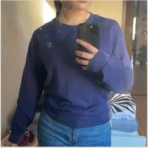 Säljer en blå/mörkblå tröja med en gullig detalj på vänstra bröstet i form av ett hjärta. Tröjan är i storlek XS men sitter mer som en S. Köpt för ganska länge sen och aldrig använts. Säljer för 60kr