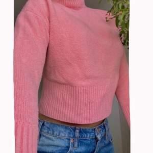 Otroligt fin rosa tröja med en liten polo från &Other Stories. Älskar denna då den är jätte skön i materialet och med en väldigt fin trendig rosa färg plus att den passar till allt! 💖☺️  Nypris var 540kr men säljer bara för 160kr. Kan eventuellt mötas upp i Sthlm annars tillkommer fraktkostnad 💘
