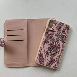 Rosa magnetiskt plånboksskal till mobilen med mönster på. Finns plats för tre kort + ett stort fack under. Kommer ifrån holdit och passar iPhone XR. Fint skick, nästan aldrig använt. Skalet kostar 100 kr, frakt ingår ej. Swipe för fler bilder.