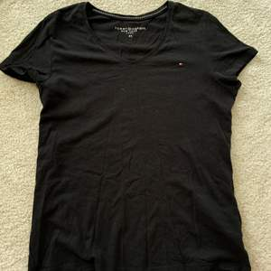 Enkel svart Tommy hilfiger t-shirt med liten logo på ena bröstet