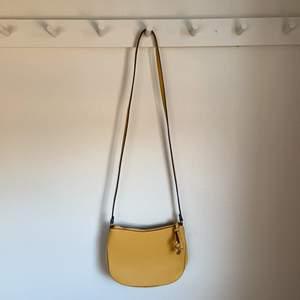 Gul väska från H&M. Aldrig använd. Kan skickas mot fraktkostnad🥰🥰