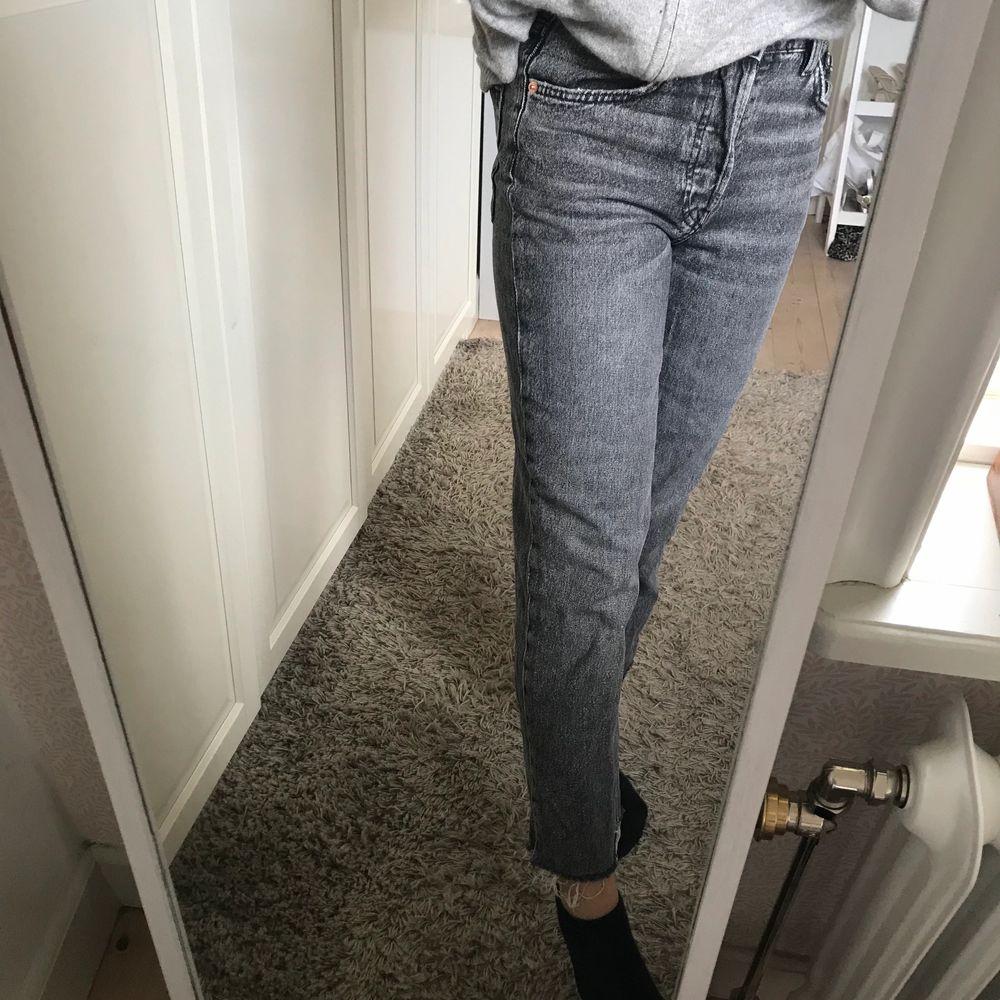 Säljer ett par jättefina jeans som tyvärr har blivit lite för korta! Hör av dig på dem vid intresse✨. Jeans & Byxor.