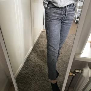 Säljer ett par jättefina jeans som tyvärr har blivit lite för korta! Hör av dig på dem vid intresse✨