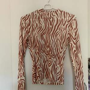 långärmad tröja från bikbok med zebramönster, den är i storlek xs är men ganska stretchig så passar s. fraktkostnad blir 45