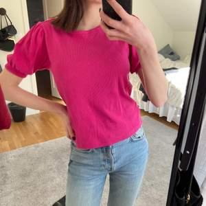 Säljer denna t-shirten med puffärmar från zara! Sån underbar färg som passar perfekt till våren och sommaren 😻 I Str L men passar mig som är XS/S, kan skicka fler bilder vid intresse.