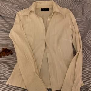 fin skjorta som inte kommer till användning tyvärr. Den är längre i ärmen vilket är riktigt snyggt. Köpare står för frakten! 💕🌸💖