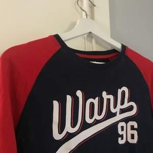 En långärmad tröja i storlek 158/164. Köpt på stadium. Frakt är inräknat i priset. Kan mötas upp i Norrköping!