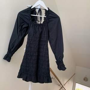 Smockad klänning med puffärm från pull&bear, köpt för ett år sen men aldrig använd, har prislappen kvar *.*