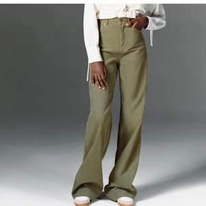 Raka gröna/kaki manchester byxor från Zara. Slutsålda på hemsidan. Passar cirka 165-170cm. Nyskick!