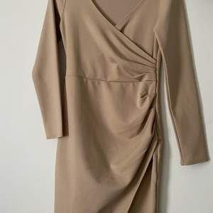En klänning i M från Nelly. Sparsamt använd. Fin beige färg. Säljes pga för stor😢 köparen står för frakt💕💕