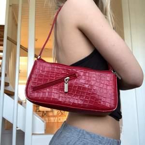Snygg röd väska med extra detalj.