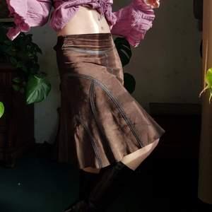 Vintage kjol i äkta mocka med skinndetaljer. 🌼🌸🦋 Passar S-M bäst. Midjemått: 74 cm. I fint retro skick. Först till kvarn! 💫+frakt 66kr