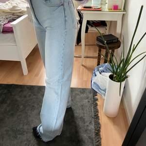 Långa blåa jeans från Zara, aldrig använda. Köpta för 399kr. Höga i midjan och långa i benen. Du kan själv klippa dom i vilken längd du vill. Skriv om du vill se fler bilder 💗💗