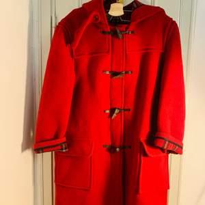 Jätte fin duffle kappa/jacka i ull från John Patridge. Höst/vinter i fint skick passar för Strl 38,40. (Unisex)