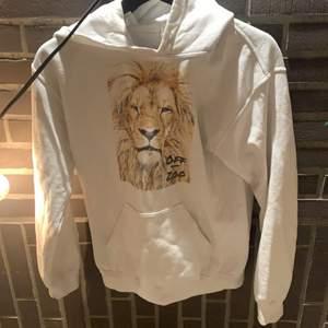 Fin hoodie med lejon på, tror denna kommer från cool elefants. Säljer för att jag tröttnat o inte får använing av denna! Frakt tillkommer på 66kr