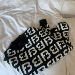 säljer en stickad tröja från new jorker. slutsåld. Storlek XXS men som man ser på bild tre så är den ganska oversize på mig så skulle nog säga S. frakt tillkommer :)