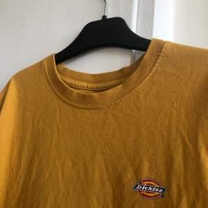 Säljer nu min ascoola t-shirt från Dickies i Storlek S. Väldigt cool färg och köptes för 400 kr. Är i bra skick! Skriv vid intresse