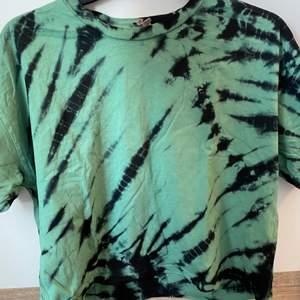 En grön och svart tiedye tröja från asos! Frakt tillkommer😊💕