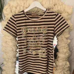 Jättesöt tröja strl S skulle jag gissa på (passar mig som är s/m) tappt några stenar men annars jättefin, köparen står för frakt