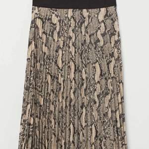 Säljer denna oanvända kjol. Köparen står för frakten