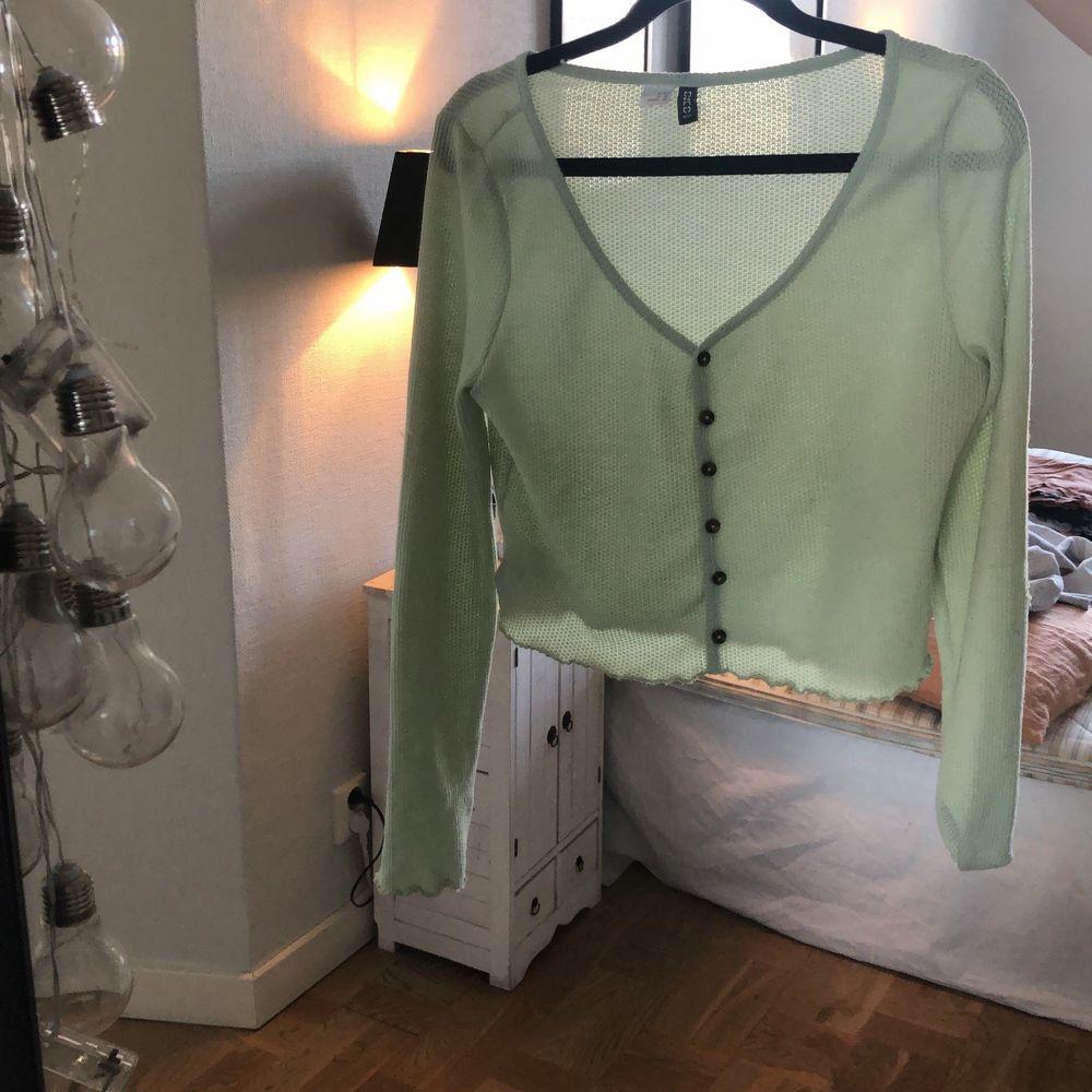 Super söt mintgröna tröja med bruna små knappar i storlek M men passar även mig med xs-s. Super fint skick. Du står för frakt🥰. Toppar.