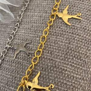 Halsband med fågelberlock i silver och guld! Halsband med 1 berlocker: 59kr Halsband med 3 berlocker: 69kr Halsband med 5 berlocker: 79kr Armband med 1 berlocker: 49kr Armband med 3 berlocker 59kr Armband med 5 berlocker 69kr Örhänge:49kr