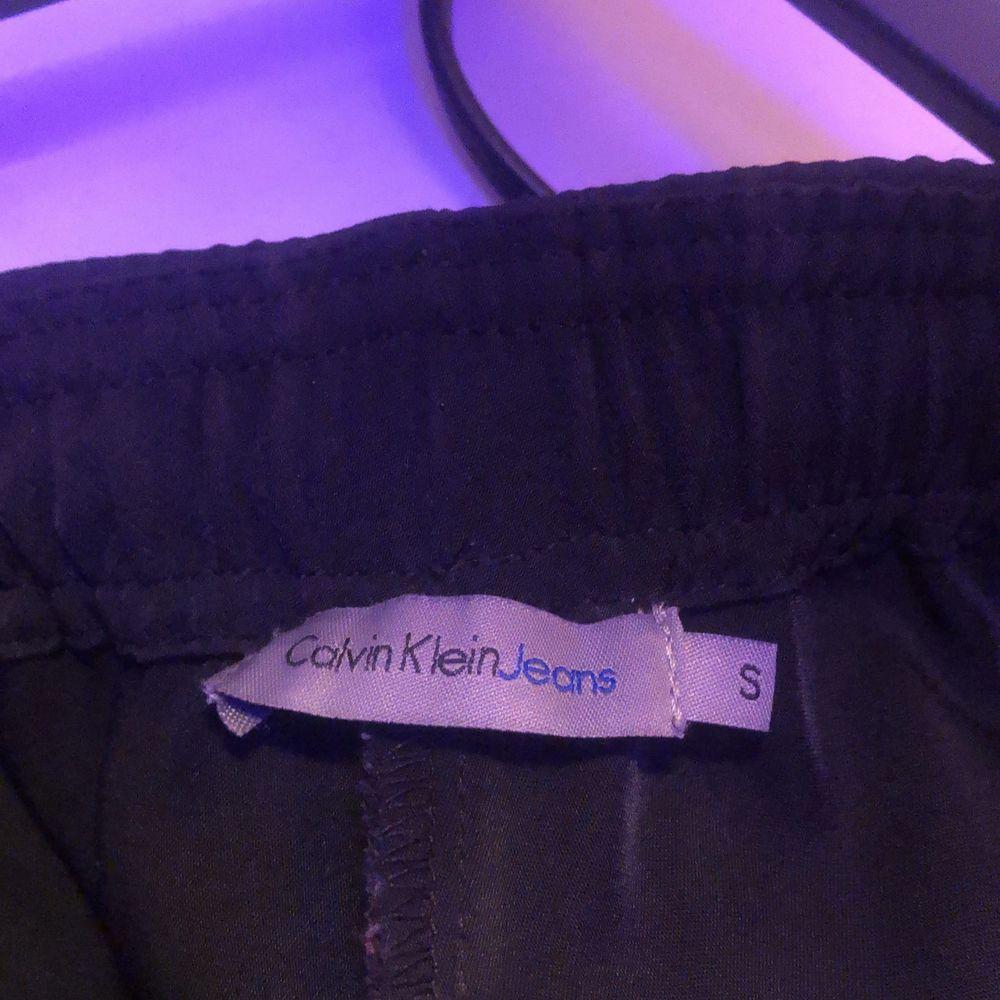 Säljer nu dessa kostymbyxor från Nelly. Märket är Calvin Klein. Har kommit till användning 1 gång. Väldigt fina och bekväma. Köptes för ungefär 800 kr. Säljer för 150kr då jag vill bli av med de. . Kostymer.