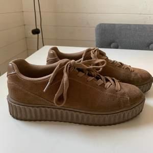 Bruna mocka skor från K.Cobler i storlek 40. Lite slitna.