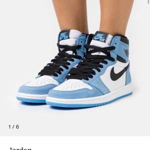 Hej, söker dessa Jordan 1 retro som släpptes på zarlondo. Hann tyvärr ej köpa dom. Hör av er om ni har några linkande eller såna skor i 40,5 41 elr 41,5