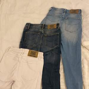 Säljer 3 par jeans i olika färger ifrån Crocker, de är så kallade skinnyjeans, skriv vid intresse🤗 ett par för 100kr och alla 3 för 260kr. de vita och ljusblå byxorna är i storlek 27 och de mörk blå i storlek 26!
