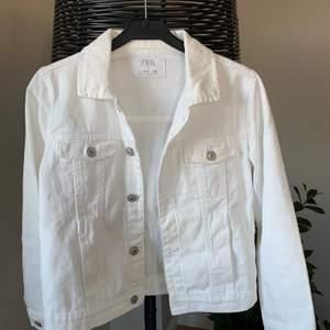 Vit jeans jacka från zara stl 152. Bra skick, inga fläckar eller hål. Använd ca 10 gånger. Passar perfekt till en lite kyligare sommarkväll.