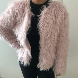 Säljer denna jackan då jag inte fått användning för den! Endast använd en gång för en bild! Storlek XS men jag är en S och den passar grymt bra! Söt och fin ljus rosa färg. Fin till våren! Hör av er vid intresse!