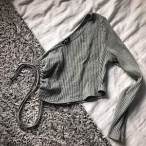 tröja med knytning på sidan från shein (säljer då den är lite stor för mig) är storlek L men skulle defenitivt säga att den passar M bättre