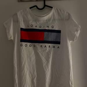 Vit T-shirt med tryck. Använd fåtal gånger och är i bra skick. Bara att skriva vid intresse, frågor eller önskan om fler bilder. Endast post och Swish!