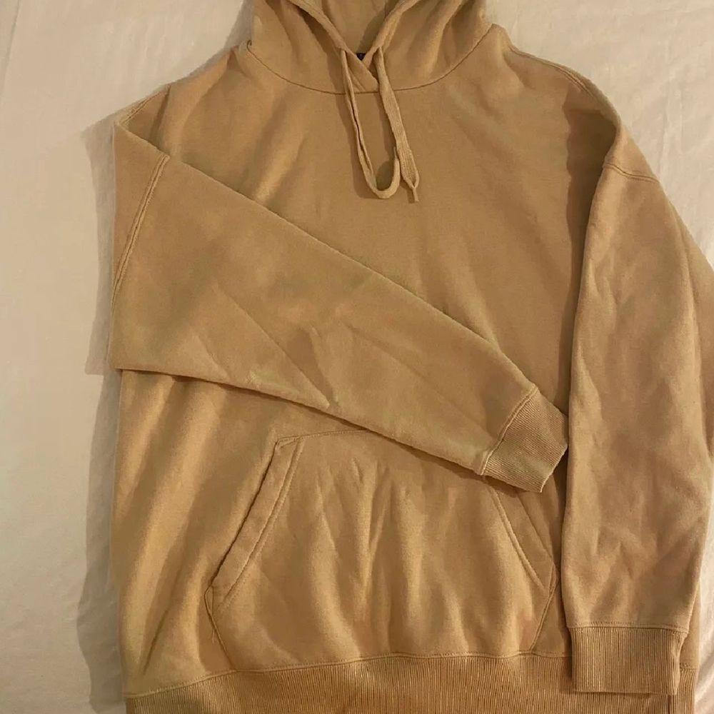 Skön hoodie som är använd max 5 ggr! Sitter snyggt oversized på en xs-m typ💖. Huvtröjor & Träningströjor.