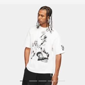 Super fint oversize T-shirt från jordan x off white kvitto finns med, helt ny oanvänd köpts från Nike! Kom med bud!