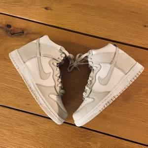 """Säljer mina Nike dunk High """"vest grey"""" i storlek 38,5. Helt nya med box. 2100+frakt99kr spårbart som gäller. Självklart äkta."""