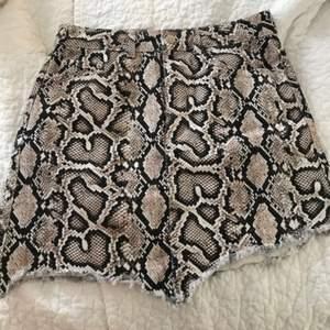 Denna kjolen var jättepoppis förra året. Osymmetrisk jeanskjol i ormskinnsmönster. Använd 1 gång