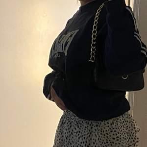 Säljer denna fina oversized vintage sweatshirten ifrån broadway and sons,fint skick!🥰,den är i storlek L bara att ja vikt in den på bilden!,fläckarna är på spegeln och inte tröjan,bara att skiva vid frågor och om man vill ha fler bilder på tröjan!,buda!!🦋🦋🥰 högsta bud//160kr