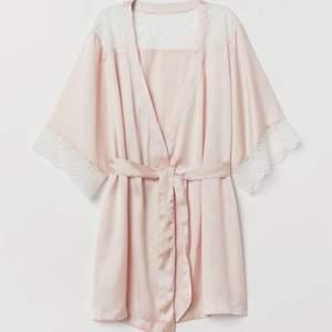En morgonrock i silkesmaterial ifrån H&M, kommer inte till användning. Nypris 299kr 💞